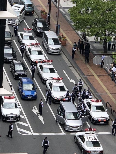 【全力!】パトカーのミラーを叩いた奴を多数のパトカーやヘリコプターなども出して追跡、30分後にふん捕まえる・福岡県警
