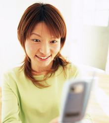 モバイルサイトを見る女性
