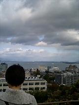 琵琶湖を眺めるのぞみ先生