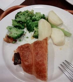 野菜と甘いパンも