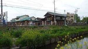 新河岸川から店を眺める。