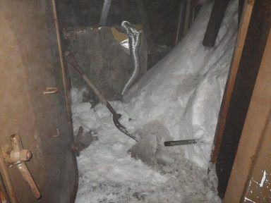 庁舎の間の雪は固く凍りついて除去が大変です
