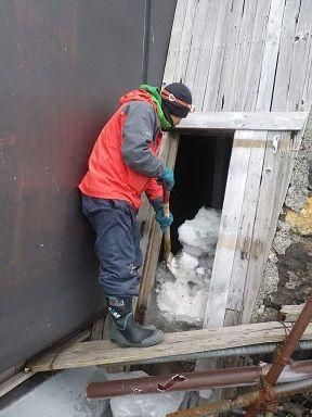 除雪作業をする増本班員30%