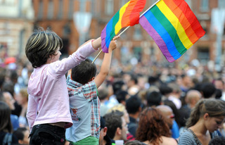 トランスセクシャルの旗を振るバカ