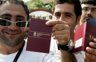 スウェーデンのパスポートを掲げる移民ども