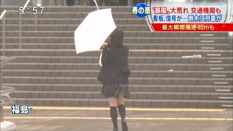 【放送事故】テレビのニュースに映った週末の暴風パンチラwwwwwwwwwwwwww