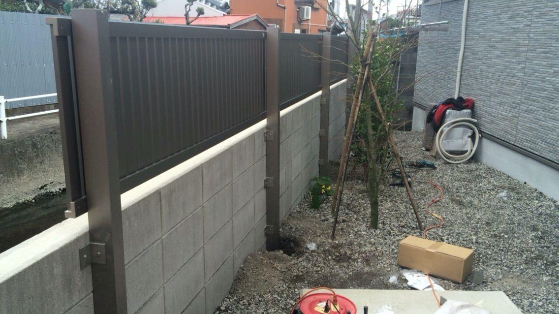 後付ですので支柱をブロックに固定。また、足元もコンクリートで固めました。