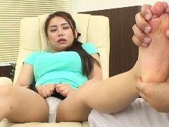 【松本メイ】足ツボマッサージですっかり染みパンしちゃった美女は我慢できなくなっちゃって♫