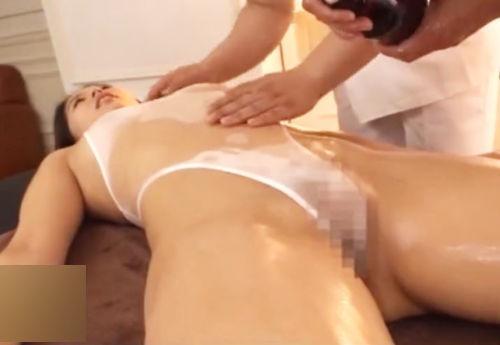 【マッサージ】オイルでスケスケになってエロい手付きで体をほぐされる巨尻美女