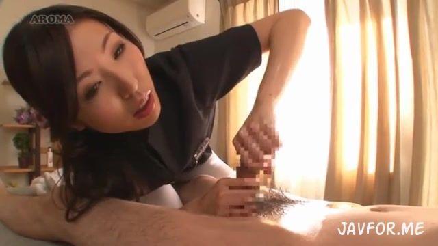 「イッちゃいそうですか?」スケベすぎる性感エステ嬢の手コキテクに悶絶絶頂!