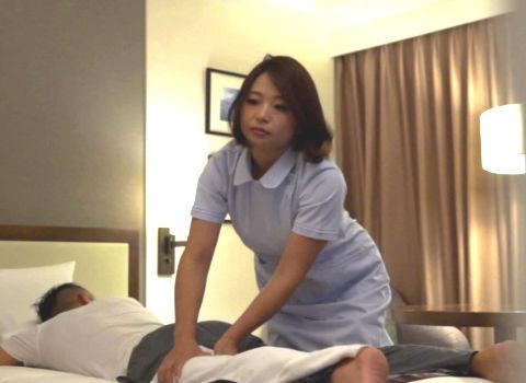 (熟女 寝取られ)エッチにご無沙汰な四十路マッサージ師に勃起チンポ見せつけ強制発情…濡れた淫膣にぶち込み中出しSEX!