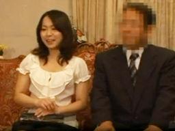 夫婦仲良くやってきたマッサージ店で、夫の隣で寝取られて、電マで腰を浮かしながら感じちゃう激カワな人妻w