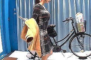 潮吹きが止まらない!買い物帰りの巨乳人妻が電マ自転車に跨がりイキ潮吹きまくり!