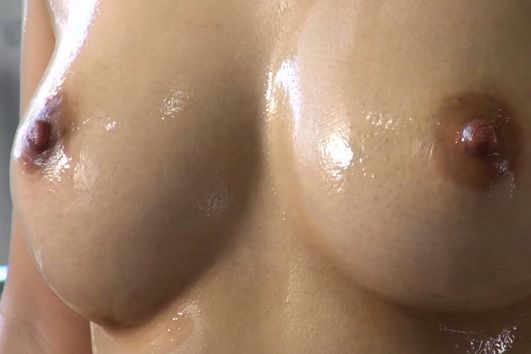 【女神のおっぱい】美しすぎる裸体にローションマッサージ師が興奮。大量潮吹きさせちゃうサービスを無料でやっちゃう