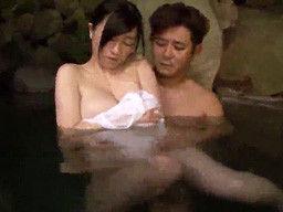 寝取られ希望の人妻に混浴温泉で激エロな中出し乱交SEXしちゃう!