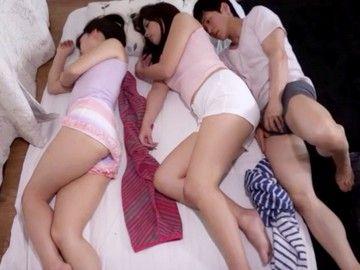 【佐々木恋海水原さな】一人暮らしの僕の家にやってきた母と叔母さん。キャミソールホットパンツで眠る二人に・・