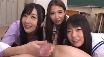 美女3人に囲まれ、チンポを刺激されて夢心地ww