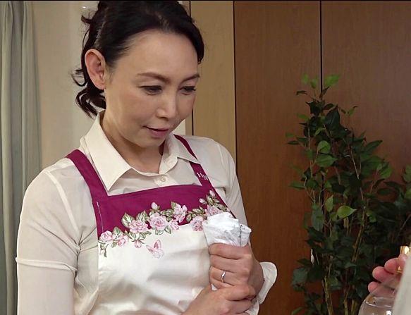 家政婦さん(53歳)に美白効果のあるオイルと称してオイルマッサージをする青年。いやらしい手付きに感じるおばさん