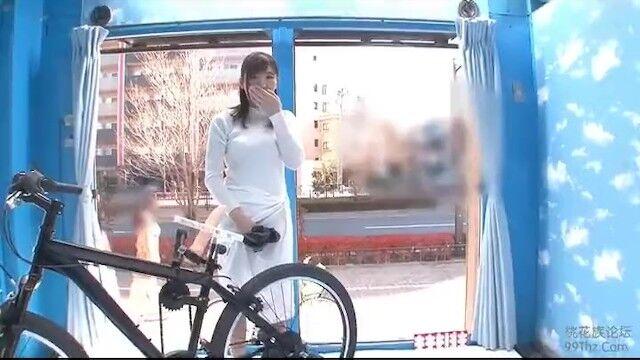 スレンダーで本気で可愛い若妻がアクメ自転車に乗り割れ目にディルドをいれられ「んっ、出るぅぅ♥」と大量潮吹き!そのまま激ピストンに痙攣イキのNTRセックス♥