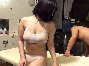 極上ボディ!爆乳人妻がマッサージのオヤジに『ナマ』挿入され激ピストンでイキまくり!