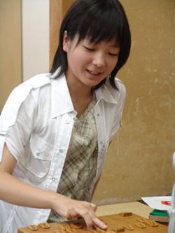 日本将棋連盟の女流育成会リーグの最終二局が四日、東京都渋谷区の将棋会館であり、愛知県春日井市の県立春日井南高校一年室田伊緒さん(16)が十勝一敗で優勝し、