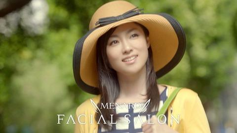 黄色い帽子が似合う深田恭子