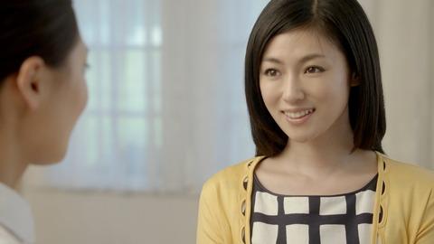 黄色いカーディガンの深田恭子