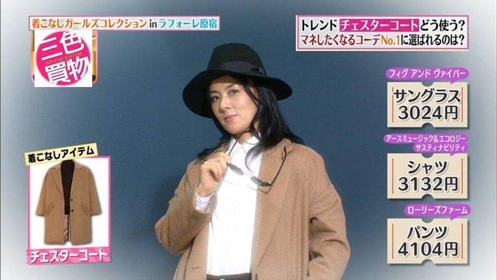 黒の帽子に茶色のコートを合わせてお得意顔の井森美幸