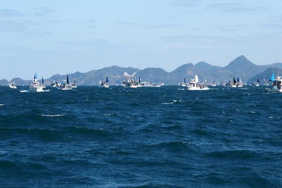 強風に揉まれる船団