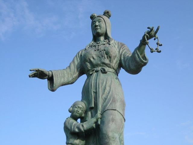 800px-Nunakawahime_and_Tateminakatanomikoto_statue