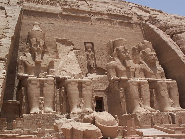 800px-Abu_Simbel_Temple_May_30_2007