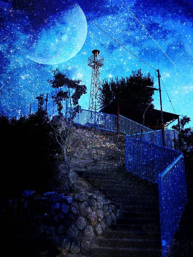階段下から月をのぞむ