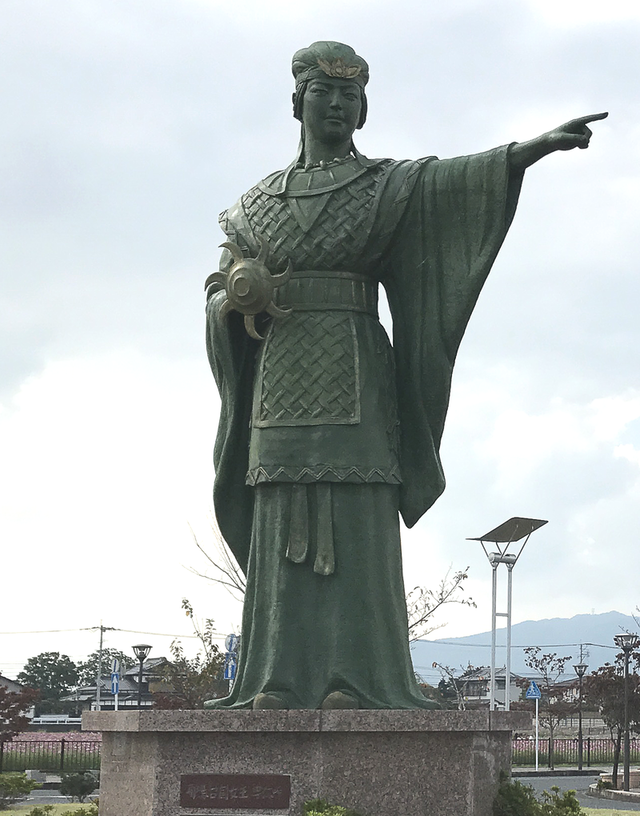 800px-Statue-of-Queen-Himiko-at-Kanzaki-Station