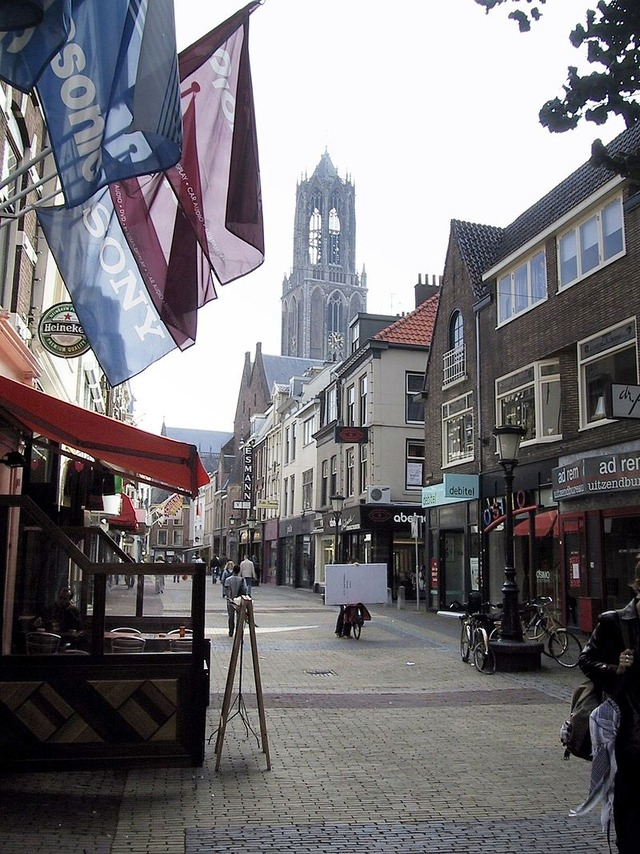 800px-Utrecht-Street_and_Dom_Tower_2004-09_01