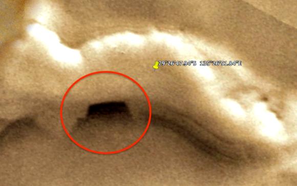 """『Google Mars』火星で奇妙な""""地下基地への入り口""""が発見される"""
