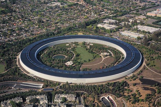 1024px-Aerial_view_of_Apple_Park_dllu