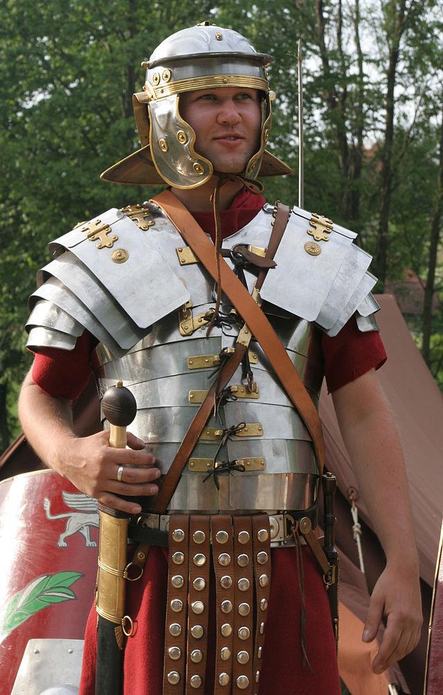 Roman_soldier_in_lorica_segmentata_1-cropped