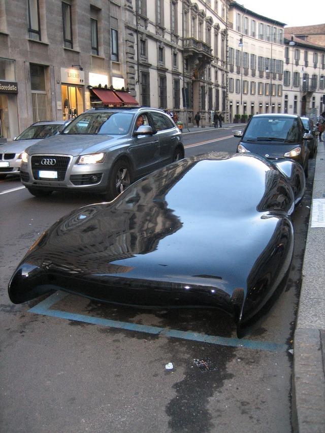 【速報】街中で平べったい車が発見される