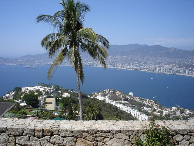 800px-Acapulco_-_Visto_desde_la_Capilla_Ecumenica_de_la_Paz