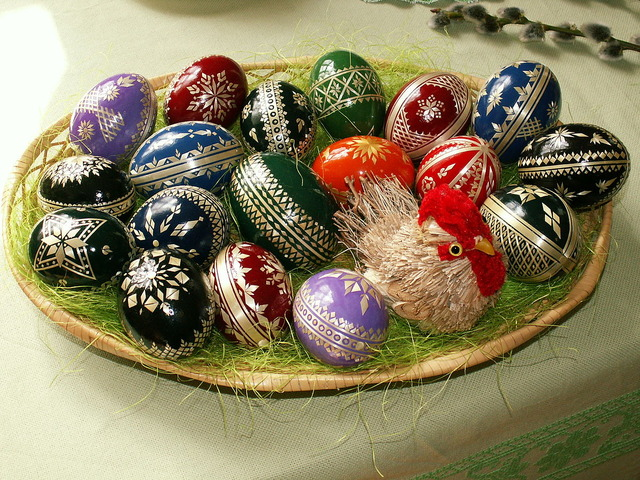 1200px-Easter_eggs_-_straw_decoration