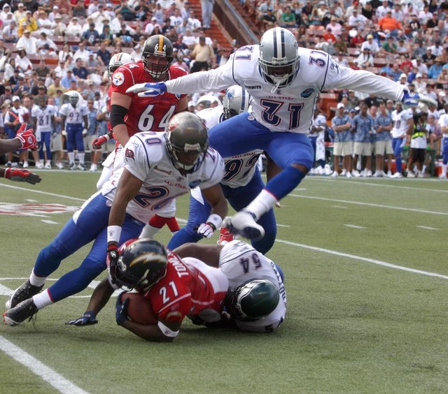 800px-2006_Pro_Bowl_tackle