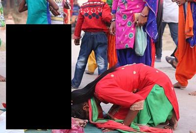 """【画像】インドで """"神"""" と崇拝されてる少年の姿がヤバい。完全に…"""