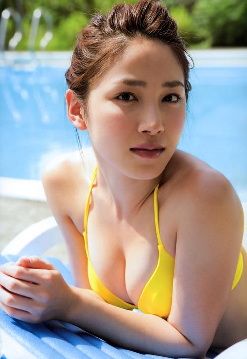吉川友3黄色ビキニ水着  (3)