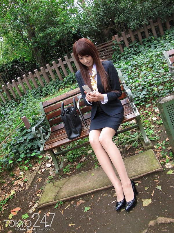 変態ドMっ娘4OL制服で散歩する画像 (6)