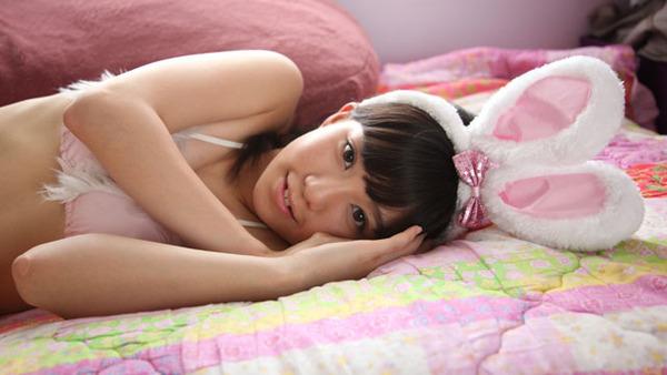 日野麻衣1ピンクのウサギ耳コスプレ画像 (4)