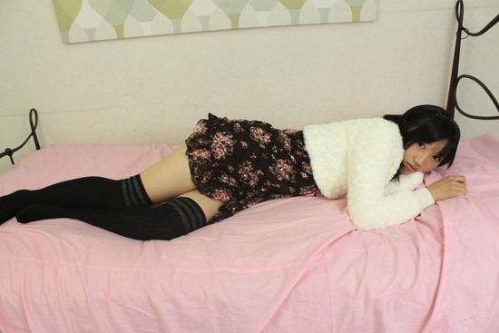 小蜜こと副島美咲7ベッドでくつろぐ画像 (2)