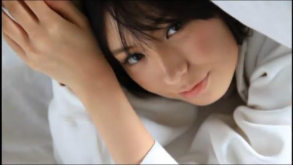 佐武宇綺4ベッドで胸チラ画像 (4)