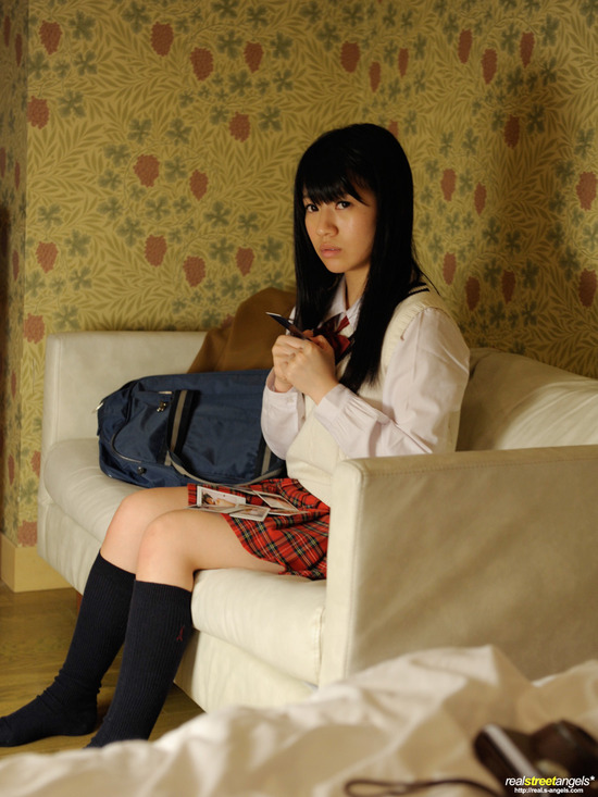 葵こはる2制服を着る画像 (1)