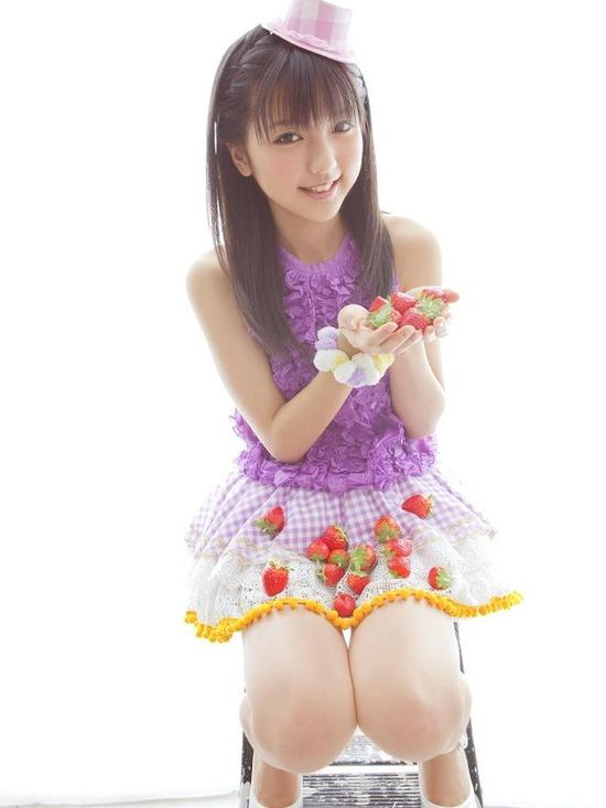 真野恵里菜8帽子紫ブラウス画像 (2)