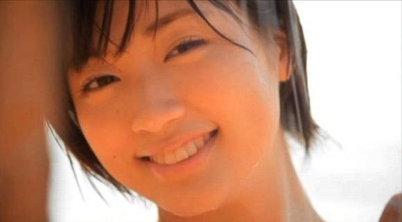 相楽樹2同級生3白ビキニ水着画像 (8)